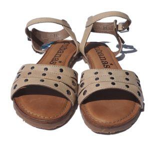 Sandálias beges com tachas - reCloset roupa em segunda mão