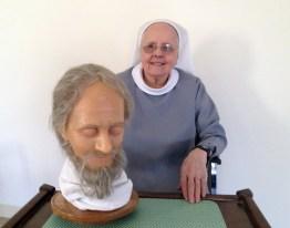 Soeur Rose-Marie avec Saint Martin en cire