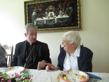 Mgr Lépine et sr Lorraine Caza à la table d'honneur