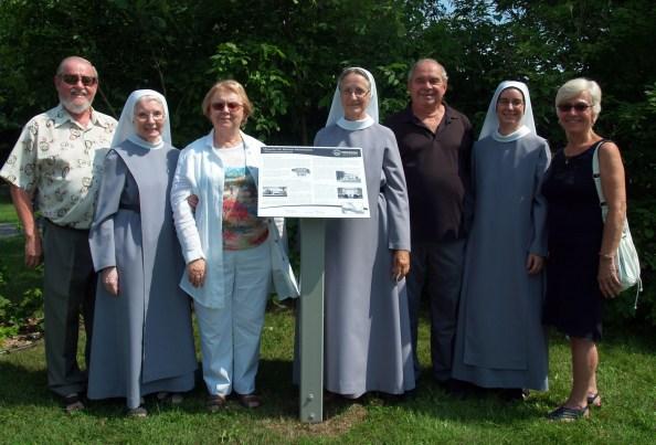 Membres de la Société Historique RDP qui ont érigé le panneau et les recluses qui ont contribué à la réalisation du projet.