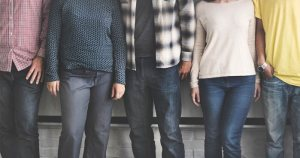 5 personas de pie