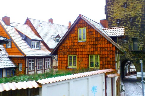 Die kleinen verwinkelten Häuser scheinen eng zusammenzurücken.