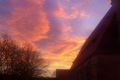 ... auf die aufgehende Sonne hinter der Lambertikirche.