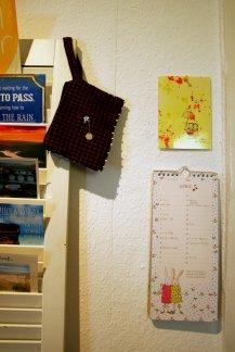 Hängende Geschenke an der Lamellentür und an der Wand.
