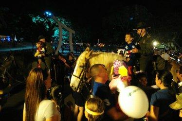 Pferdeaufsitzen für Fotos mit der policía.