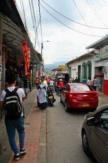 Hier seht ihr typisches Verkehrschaos in Kolumbien. Alle fahren, wie und wo sie wollen - wozu gibt es schließlich die Hupe?