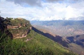 Auch links gibt es Berge, soweit das Auge reicht.