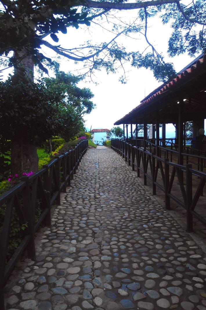 Der Weg führt zum Rand des Parkes - der Weg nebenan führt die zahlenden Touristen zur Schwebebahn.