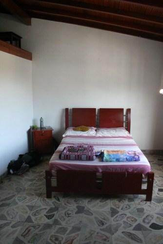 Unser Zimmer mit gemütlichem Bett.