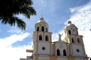 Die Kirche vor dem strahlenden Himmel des Sonntagmorgens.