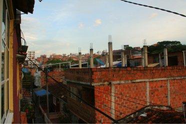 Unfertige Häuser, wie es scheint ... trotzdem bewohnt ... und im Hintergrund die Stadt.