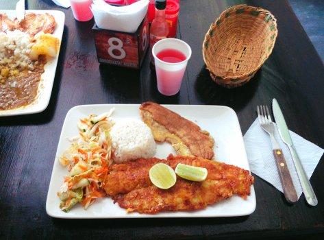 Unser Mittagessen für 3€ - Salat, Reis, plátano und Fisch. Die Kolumbianer mögen es kohlenhydrathaltig.