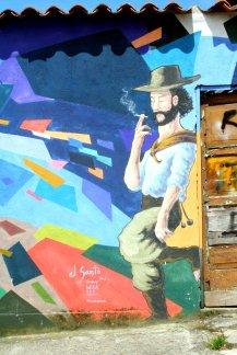 Dieser Latino raucht entspannt eine Zigarette.