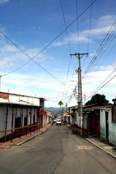 Die langgezogenen Straßen Chinacotas führen steil bergauf oder-ab.