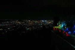 Schwarzer Himmel, leuchtende Stadt und ein paar bunte Weihnachtslichter.