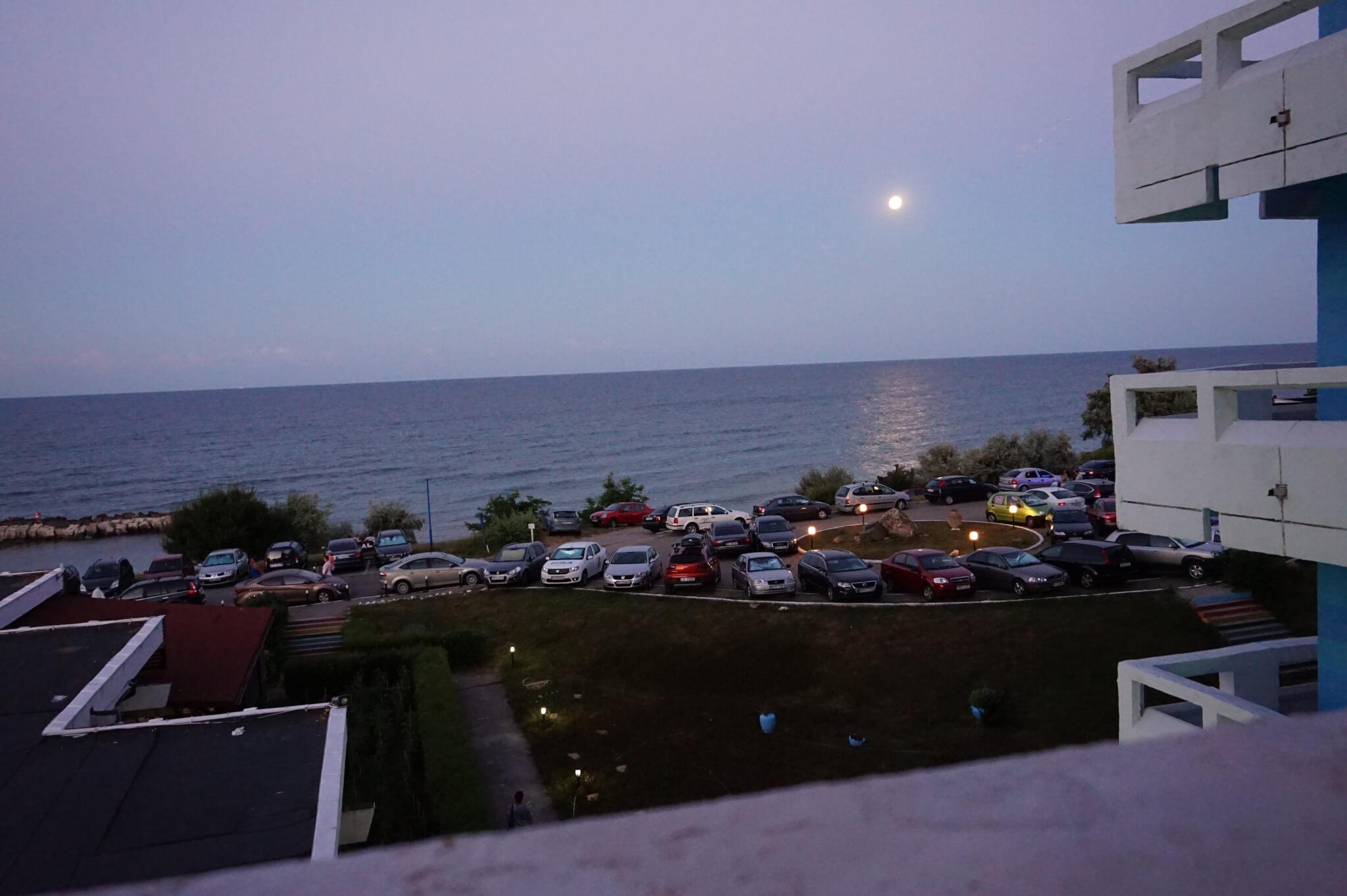 Luna vazuta din balcon