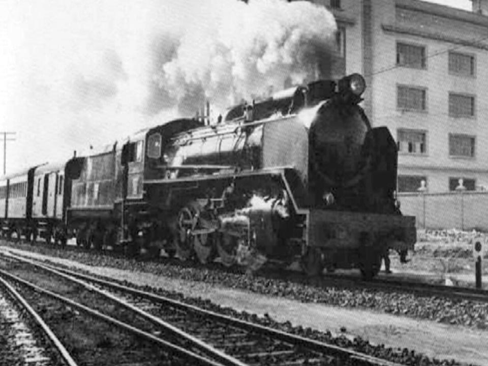 El tren de Aragón a su paso por enfrente del colegio, sentido Teruel.