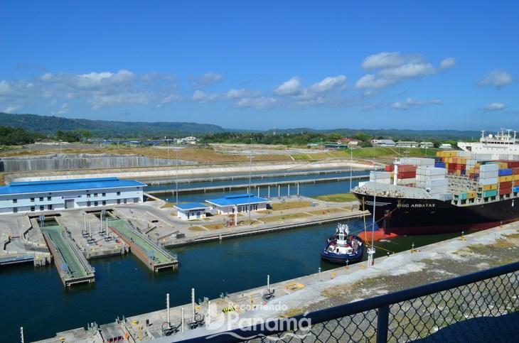 Barco pasando por la Ampliación el Canal de Panamá en Agua Clara