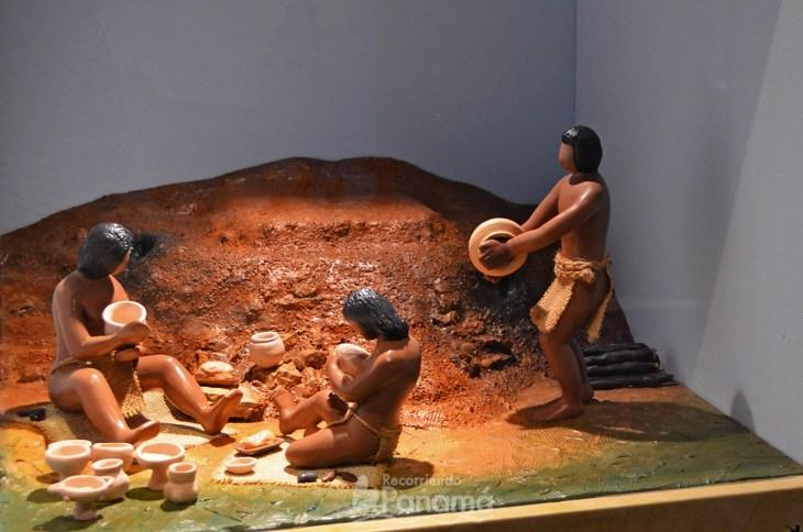 Indígenas trabajando la cerámica. Museo de La Plaza Mayor