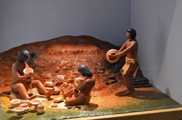 Indigenous people working ceramics at La Plaza Mayor Museum