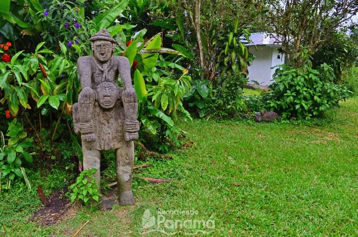 Estatua de Cacique llevados por súbditos.