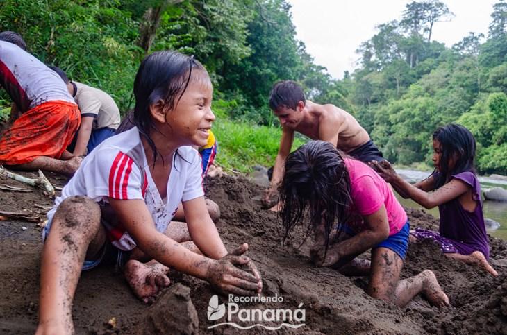 Felicidad al jugar con la tierra. Emberá Majé Cordillera