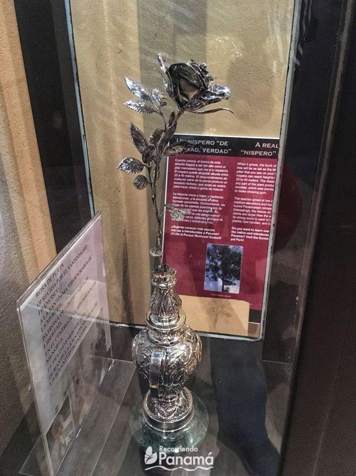 Flor de plata ofrecida por el Papa Francisco a la Virgen de la Merced en el Centro de Cumplimiento de menores.