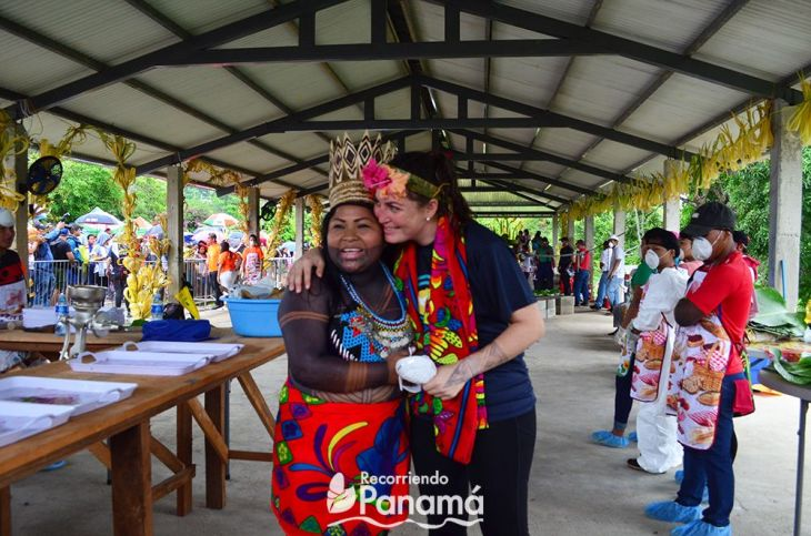 Sara Omi, AAutoridad Tradicional del Congreso Emberá de Alto Bayano y Sabrina Naimark, creadora del evento.