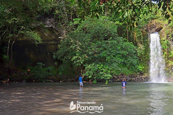 A la izquierda, la cueva, y a la derecha la cascada, cómo ven es prácticamente de la misma altura.