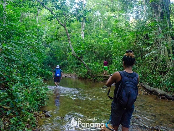 Caminando en el rio. El Chorro El Jiral