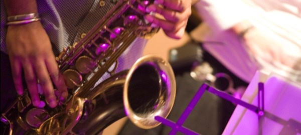 Manos de un músico tocando un saxofón, Luana Fischer Ferreira - Banco de imágenes del ITE (ME)