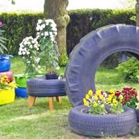 Bunte Autoreifen im Garten - ein toller Blickpunkt
