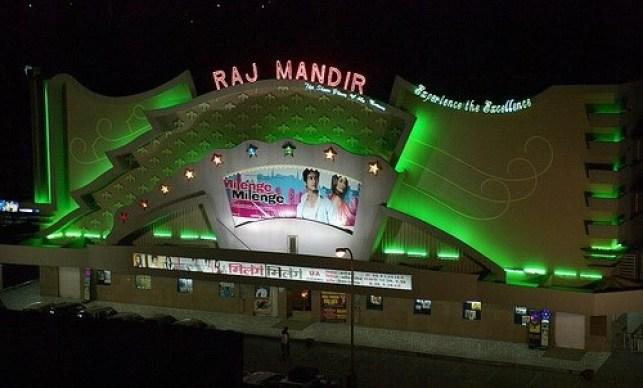 O letreiro chamativo faz jus ao tema Bollywood. Além de exibir o filme, os visitantes acompanham o hino nacional da Índia e vibram com as cenas em que o herói aparece.