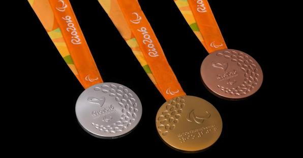 14jun2016---comite-organizador-mostra-o-layout-das-medalhas-dos-jogos-olimpicos-e-paraolimpicos-de-2016-que-serao-realizados-no-rio-de-janeiro-1465931629271_v2_956x500
