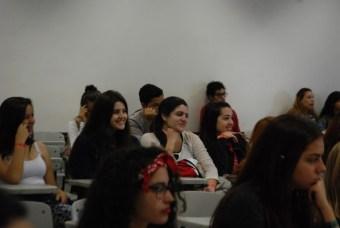 estudantes assistindo a palestra
