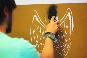 Thiago Nakano, aluno do 1º semestre de Arquitetura, aplicando o spray sobre o molde.