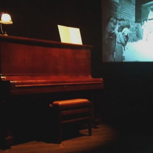 Piano, representando a influência de sua mãe, musicista.