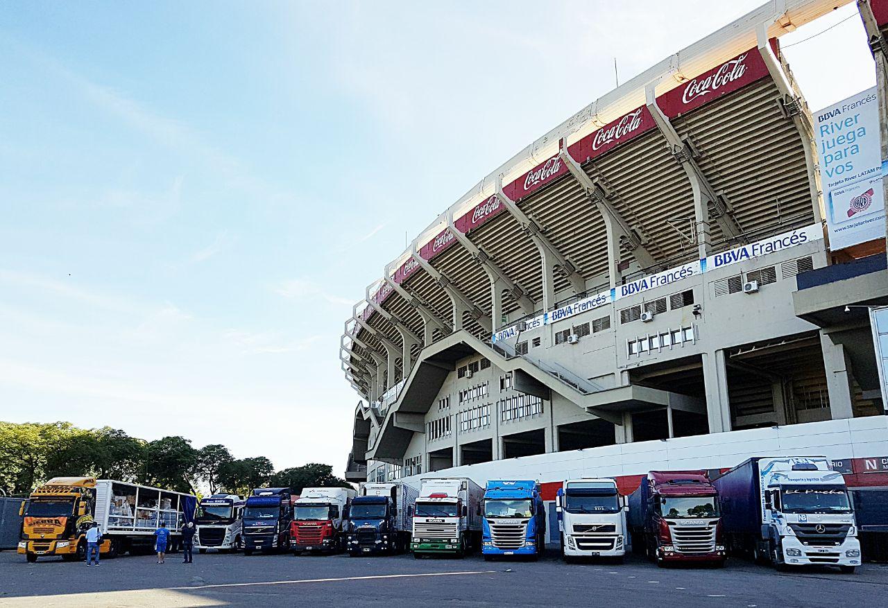 Los 11 camiones antes de comenzar su viaje.