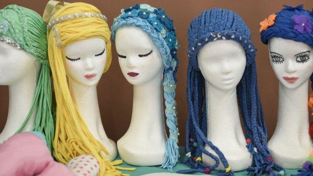 Pelucas lúdicas, especialmente para niñas. Imitan el pelo de las princesas y son muy populares entre las más chiquitas.