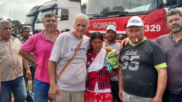 Walter Bo con una de las habitantes de Santa Victoria Este.