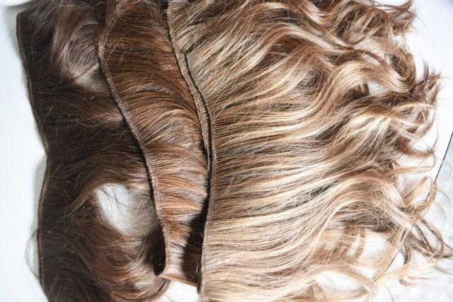 Cortinas de pelo natural, listas para ser cosidas a un gorro.
