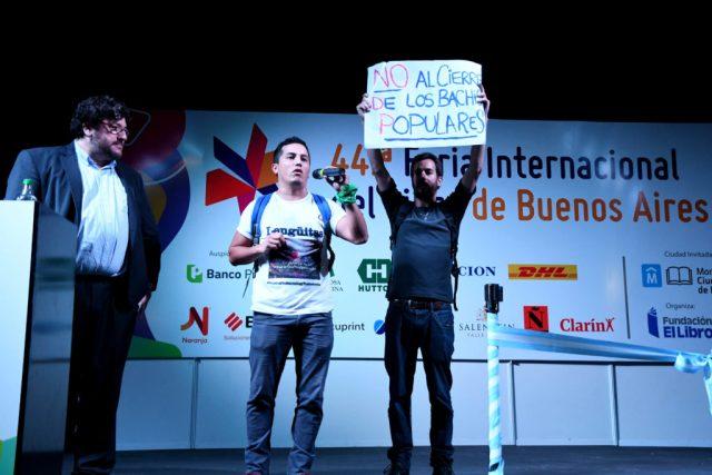 Los manifestantes subieron al escenario y el ministro de Cultura de Nación, Pablo Avelluto, les permitió hablar. Foto: Télam.