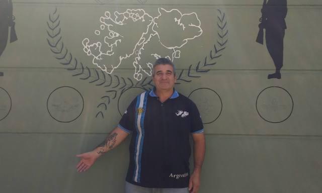 Héctor Mastrulli es ex combatiente y ahora dedica su vida a acercarle ayuda psicológica a otros veteranos que la necesitan. En la foto, exhibe su tatuaje en honor a las islas.