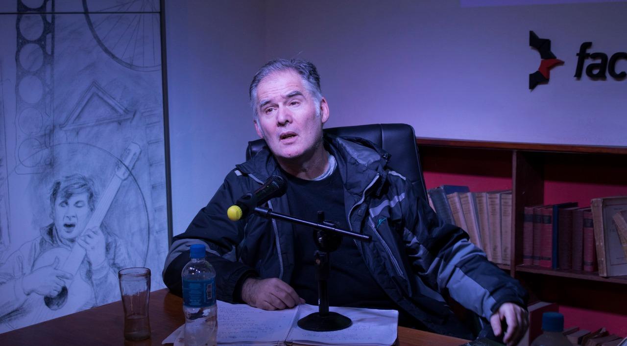 El filósofo Esteban Ierardo en una de sus charlas.