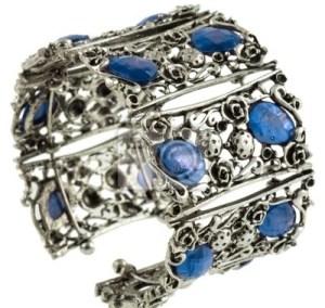 femme ronde, accessoire bracelet en argent, bijoux colorés