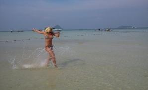Delia Matache, sexy la plajă în Thailanda!