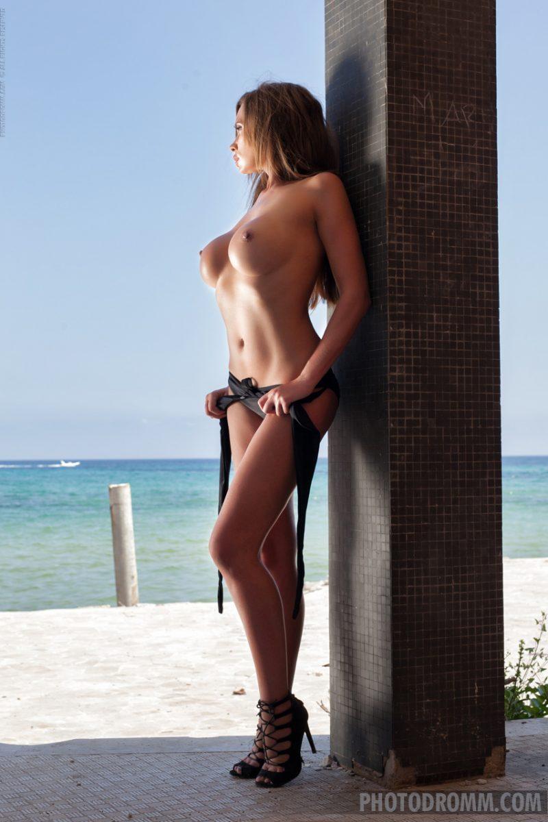 Kirstin Dillon in black bikini  RedBust