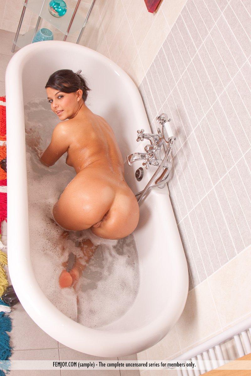 Sasha Cane shaving pussy in bath  RedBust