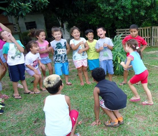 Quem não gosta de correr e brincar na grama? As brincadeiras tradicionais são a diversão da gurizada após a leitura!