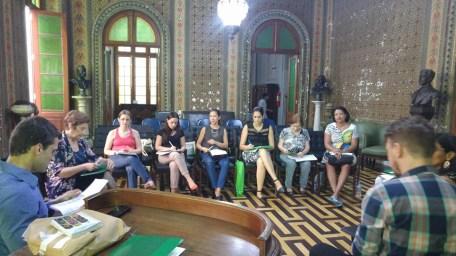 Durante a segunda reunião, na biblioteca pública do estado, membros do colegiado debatem sobre objetos do edital para área do livro.